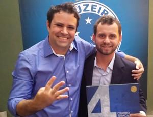 Thiago Soraggi e Guilherme Guimarães, autores do livro do Cruzeiro (Foto: Marco Astoni)