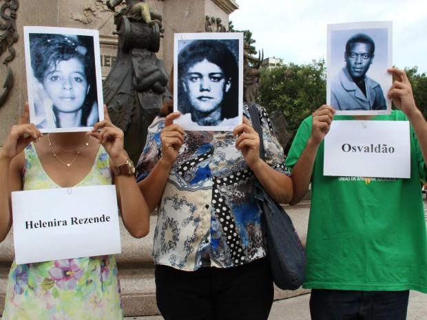 Manifestantes lembraram de desaparecidos políticos  (Foto: Jamilo Alves/G1 AM)