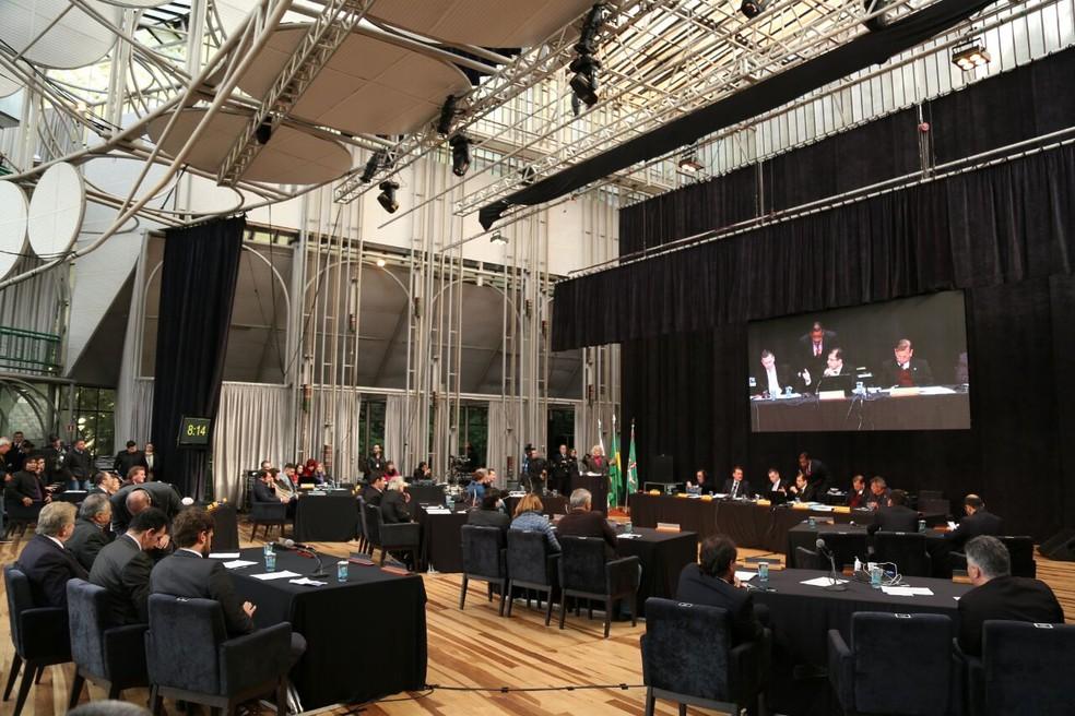 Vereadores de Curitiba retomam votação do pacotaço de ajuste fiscal na Ópera de Arame  (Foto: Rodrigo Fonseca)