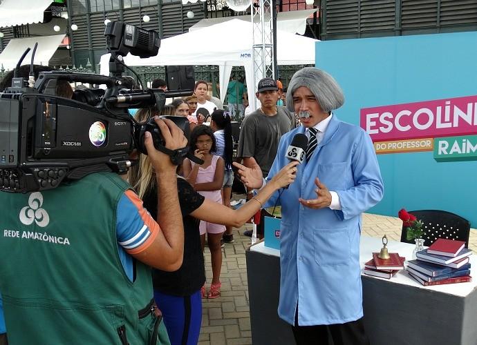 Equipe de jornalismo entrevistando o personagem Professor Raimundo (Foto: Onofre Martins/Rede Amazônica)