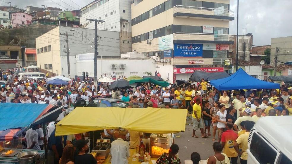 Equipe da Polícia Militar se posiciona entre militantes durante eleições em Ipojuca (Foto: Wanessa Andrade/TV Globo)