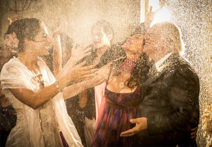 Cena em que choveu no casório deixou todos comovidos; na foto Camila Pitanga grava na pele de Tereza, ao lado de Christiane Torloni e Antonio Fagundes (Foto: Felipe Monteiro/ Gshow)