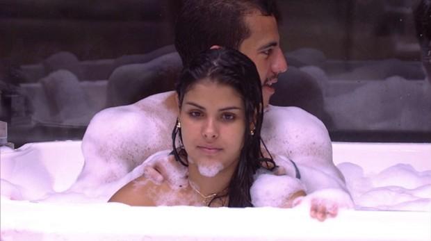 Matheus e Munik, do BBB 16, na banheira: boatos sobre sexo (Foto: Reprodução/Globo)