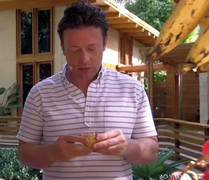 Jamie Oliver prova frutas brasileiras (Foto: TV Globo)