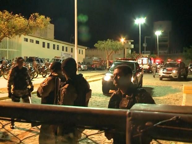 Polícia, Bombeiros e Samu cercam o presídio para evitar tumulto do lado de fora (Foto: Reprodução / TV Paraíba)