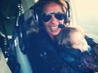 Adriane Galisteu voa de helicóptero e aproveita para curtir Vittorio
