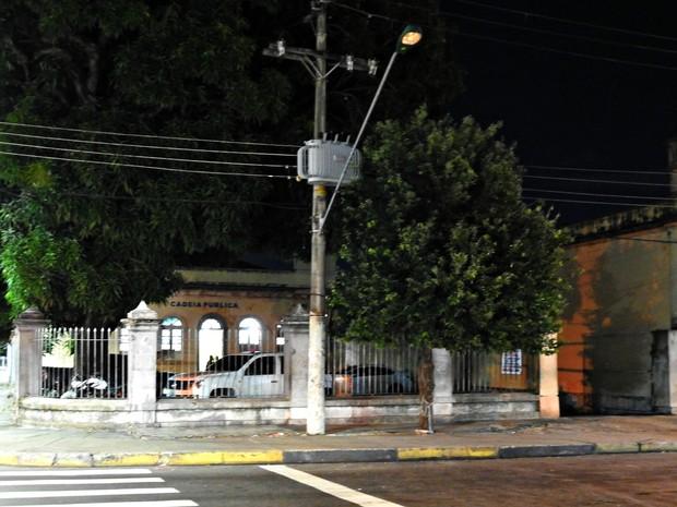Policiais Militares da Rocam também foram acionados para verificar situação dentro da Cadeia Pública (Foto: Adneison Severiano/G1 AM)