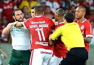 Confusão jogadores Internacional X Palmeiras (Foto: Edu Andrade / Agência estado)