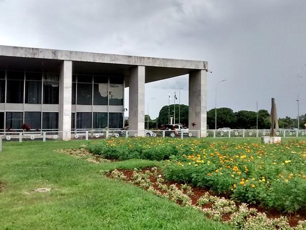 Jardim ao lado do Palácio do Buriti, sede do GDF, no Eixo Monumental, em Brasília (Foto: Lucas Nanini/G1)