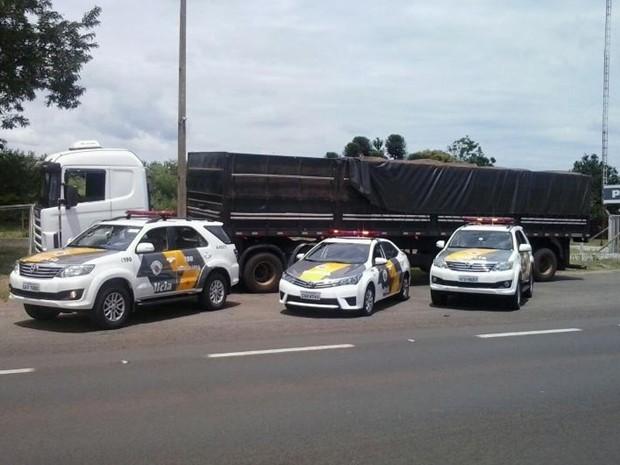 Policiais suspeitaram ao verem carreta coberta, mas eixo levantado (Foto: Divulgação/ Polícia Rodoviária Avaré)