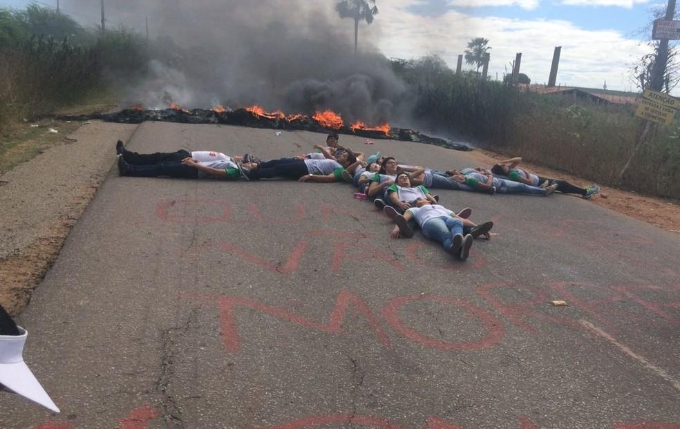 Estudantes formam cruz na pista, em protesto na RN-118, em Ipanguaçu (Foto: Alêssa Rocha)