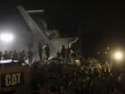 Avião militar cai em área residencial na Indonésia; FOTOS