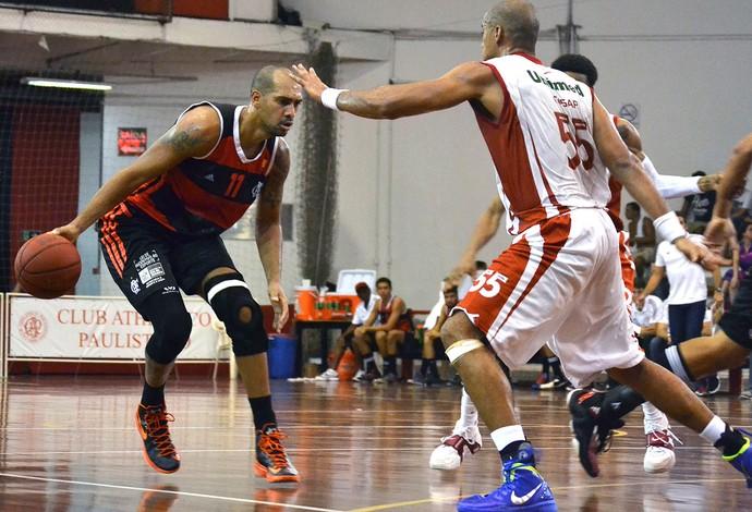Basquete NBB Marquinhos Flamengo e César Paulistano (Foto: Alê da Costa / Portrait)