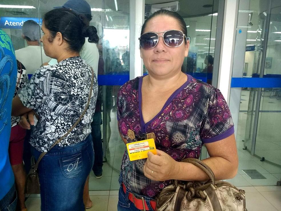 Rizolina Pereira aguardava poder fazer o saque desde março (Foto: Fabiana Figueiredo/G1)