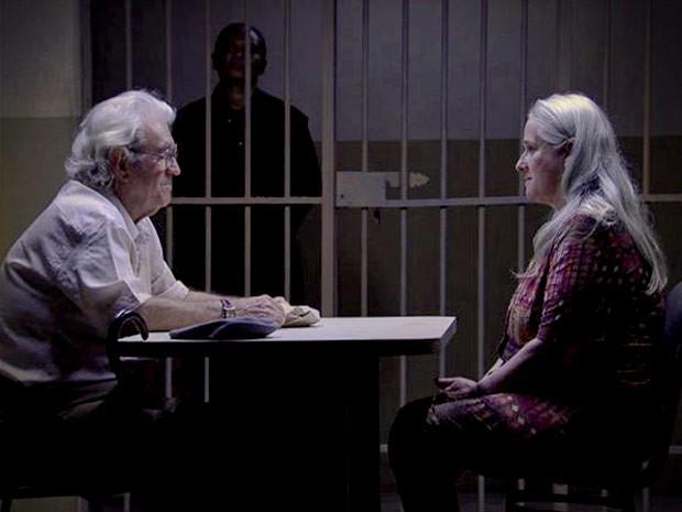 Tocada, Lucinda não esconde felicidade ao ver Santiago na prisão. Mas qual será a verdadeira intenção dele com esse gesto? Não perca o capítulo desta segunda-feira, 15/10 de Avenida Brasil! (Foto: Avenida Brasil/TV Globo)