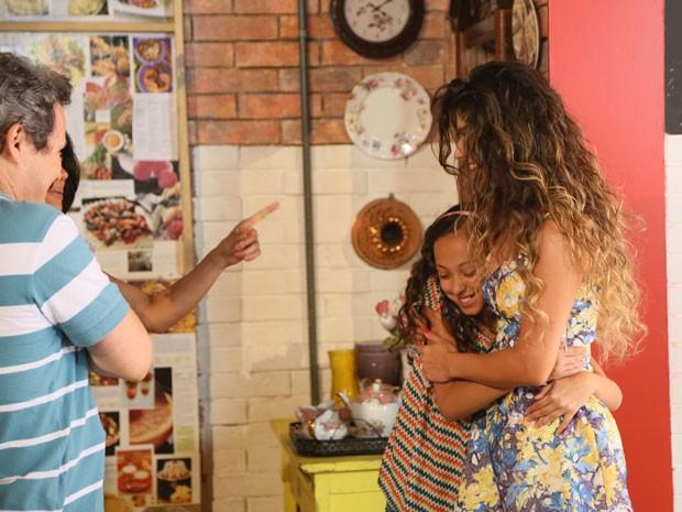 TomTom também ganha abraço da cantora (Foto: Carol Caminha / Gshow)