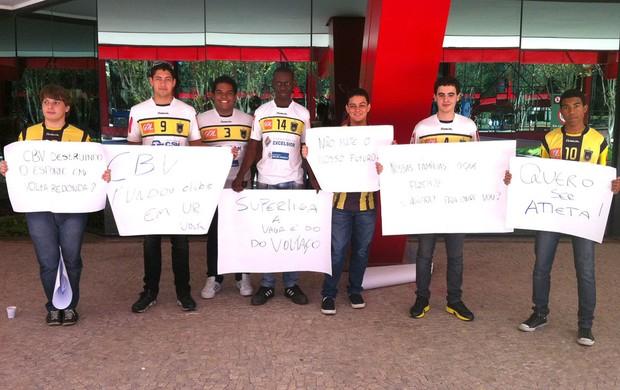 protesto dos jogadores de vôlei na CBV (Foto: Globoesporte.com)