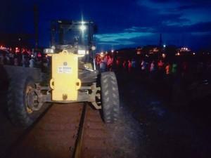 Protesto na ferrovia Vitória Minas, em Baixo Guandu (Foto: Gabriela Fardin/ TV Gazeta)