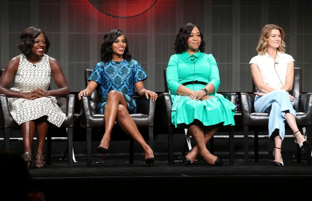 Shonda Rhimes ladeada pelas atrizes Viola Davis, Kerry Washington e Ellen Pompeo (Foto: Getty Images)