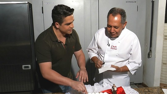 Falcão cumpre a sua missão de fazer o bolo de Santo Antônio