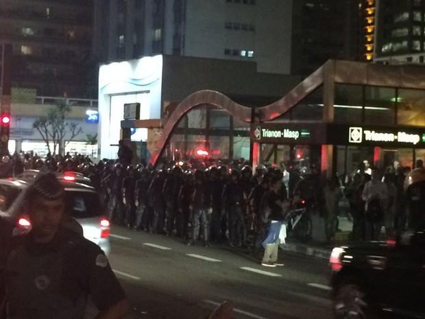 Polícia reforçou segurança na entrada da Estação Trianon Masp do Metrô (Foto: Roney Domingos/G1)