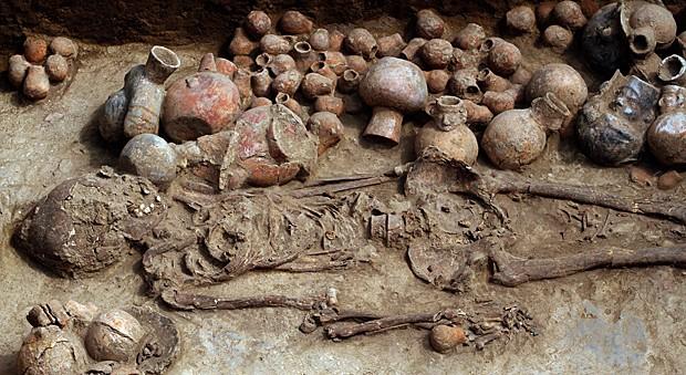 Um dos dois esqueletos encontrados em uma câmara funerária da civilização pré-incaica Moche (que viveu entre 200 e 700 anos d.C.), no complexo religioso Cao, perto da cidade de Trujillo, a cerca de 700 km ao norte de Lima (Foto: Douglas Suares/STR/AFP)