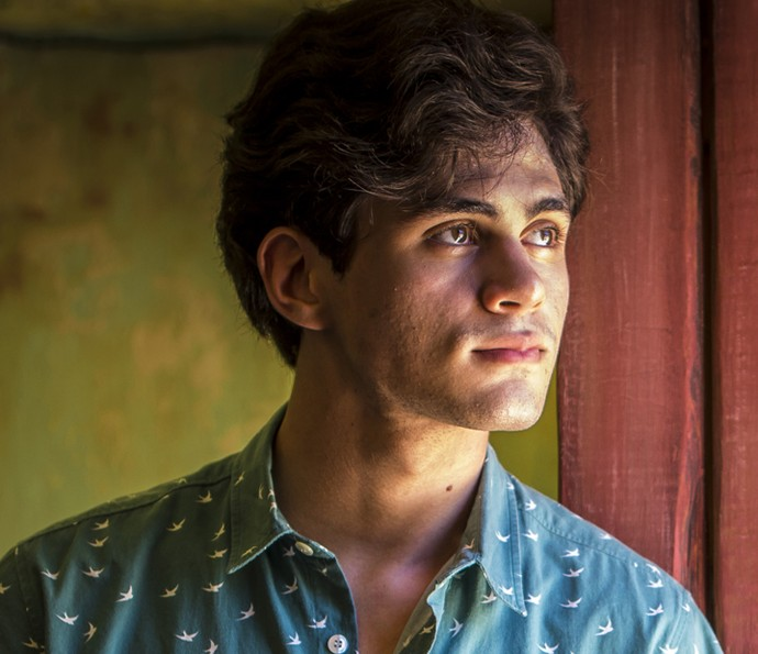 Lucas fica aflito ao escutar tiro na cooperativa (Foto: Inácio Moraes/ Gshow)