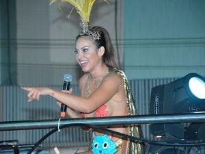 Alinne Rosa com seu look ousado no circuito Barra-Ondina (Foto: Júnior Improta/Ag Haack)