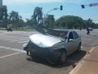 Carro avança sinal e bate em outro no centro de Palmas