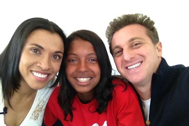 Huck grava matéria do Caldeirão com a jogadora Marta e a menina Duda na Suécia (Foto: Reprodução de internet)