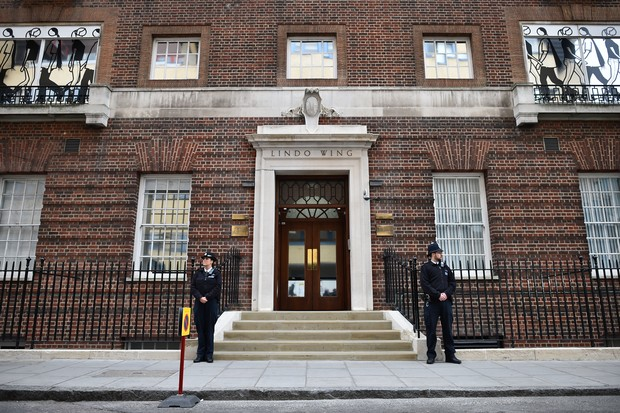 Policiais vigiam entrada principal da ala Lindo do hospital St Mary, em Londres (Foto: AFP)