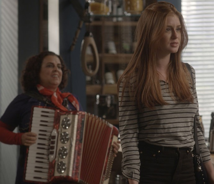 Eliza fica surpresa com tudo (Foto: TV Globo)