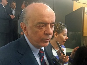 Senador José Serra (PSDB-SP) concede entrevista a jornalistas após palestra em Brasília (Foto: Henrique Arcoverde/G1)