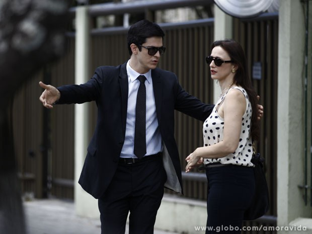 Félix vai atrás de Rebeca na porta da casa dela (Foto: Inácio Moraes/TV Globo)