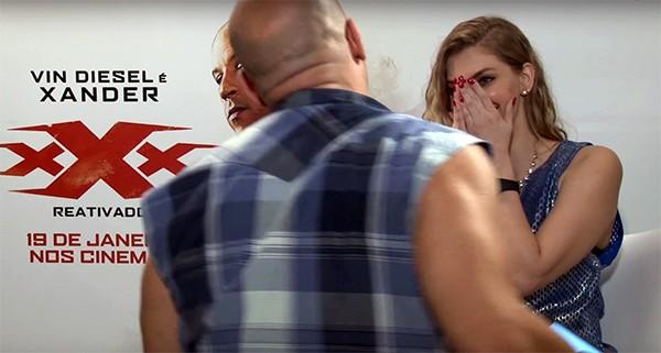"""Vin Diesel se ajoelhando durante """"cantada"""" para Carol Moreira (Foto: Reprodução / YouTube)"""