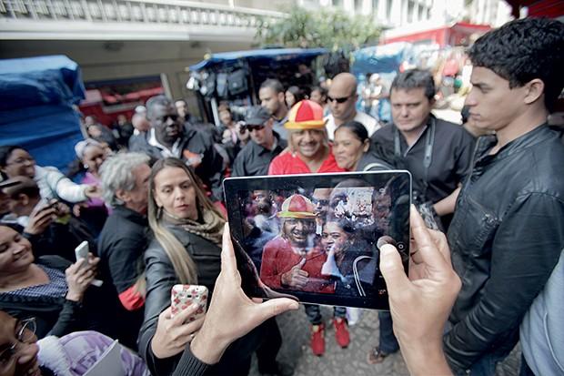 PALHAÇADA Tiririca em  campanha nas ruas (acima) e no programa eleitoral (ao lado).  Ele faz piada, e quem  ri é o mensaleiro Valdemar Costa Neto (Foto: Rogério Cassimiro/ÉPOCA e divulgação)