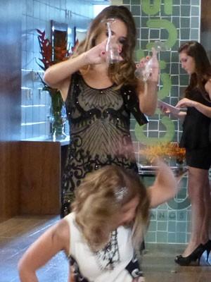 KKKKKKKK Fatinha faz aloka e joga bebida em Elisa (Foto: Malhação / Tv Globo)