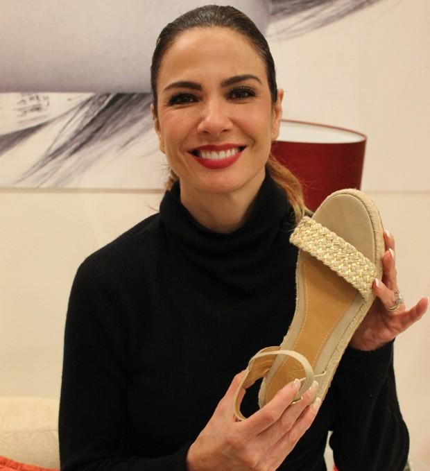 Luciana Gimenez com sandália criada por ela (Foto: Divulgação)