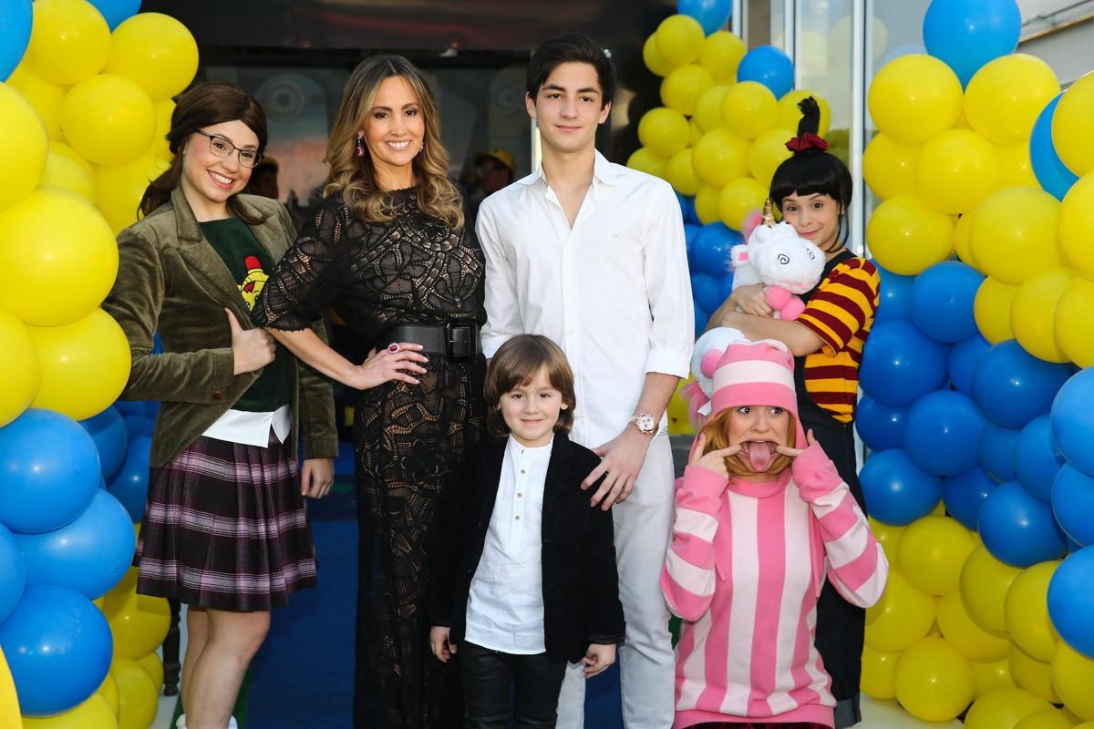Pietro Mesquita com a mãe, Melissa Wilman e o irmão (Foto: Photo Rio News)