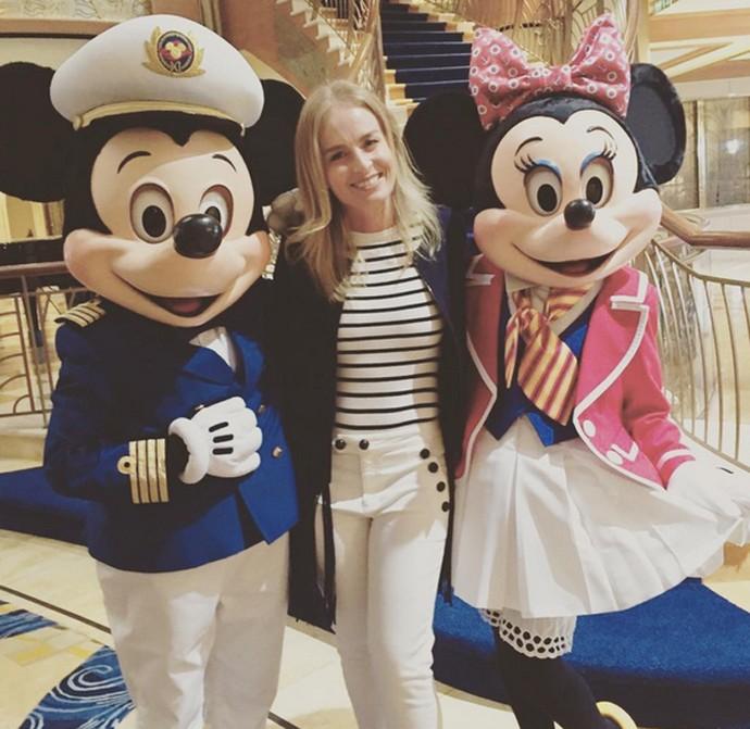 Angélica posa entre Mickey e Minnie, personagens da Disney (Foto: Arquivo Pessoal)