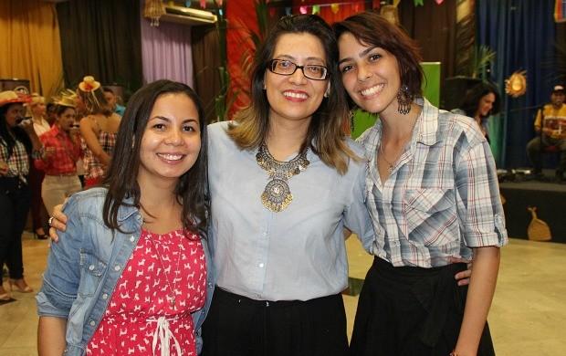 Tainá de Souza (à esquerda) e Tayana Rocha são alunas de Liliana Rodrigues (no centro)  (Foto: Katiúscia Monteiro/ Rede Amazônica)