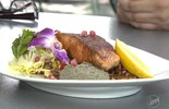Aprenda a fazer um salmão com romã e quinoa