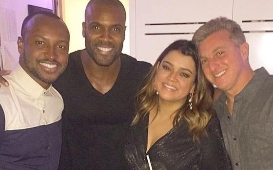 Thiaguinho, Rafael Zulu, Preta Gil e Luciano Huck posam na animada festa da cantora (Foto: Reprodução Instagram)