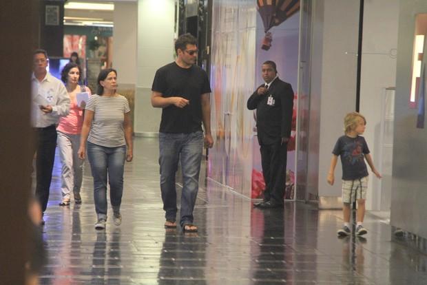 Thiago Lacerda passeia com filho em shopping do Rio, RJ (Foto: Daniel Delmiro / Agnews)