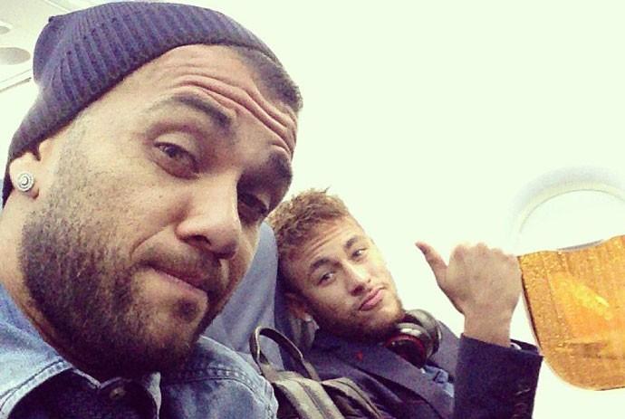 Daniel Alves e Neymar avião (Foto: Reprodução / Instagram)