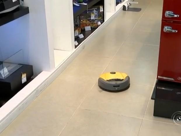 Os robôs que fazem a limpeza de casa sozinhos estão atraíndo as donas de casa (Foto: reprodução/TV Tem)