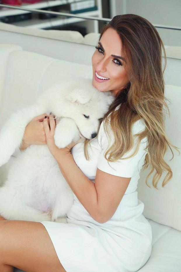 Nicole Bahls com sua nova cadela, Chloe (Foto: Gabriel Correia / RL Assessoria)