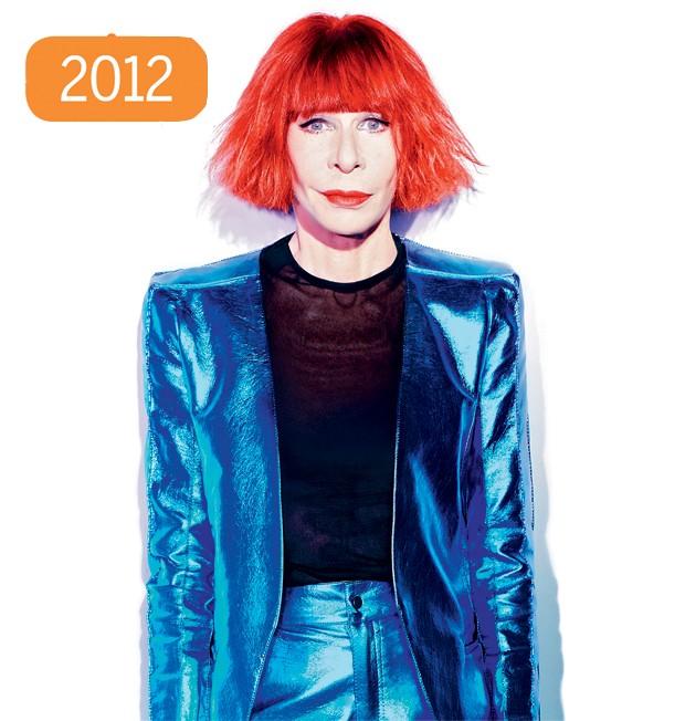 """Depois que o cabelo começou a ter fios brancos, Rita apostou em tons mais fortes. Na época da foto, de um ensaio histórico de 2012 para a QUEM, ela chamou a cor de """"vermelho menstruação"""" e disse que tinha um """"projeto de parar de pintar os cabelos."""" (Foto: QUEM)"""