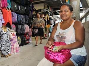 Mabel Dias, manicure que há dois anos trabalha pelos corredores do Shopping da Cidade (Foto: Patrícia Andrade)
