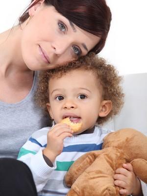 Mãe com o filho adotivo (Foto: Shutterstock)